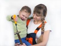 Matka i syn naprawiamy mieszkanie fotografia stock