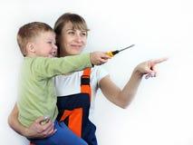 Matka i syn naprawiamy mieszkanie obraz royalty free