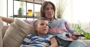Matka i syn ogląda tv w domu zdjęcie wideo