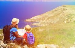 Matka i syn patrzeje mapę w górach Obrazy Royalty Free