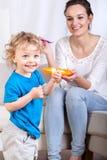 Matka i syn podczas łasowanie posiłku obrazy royalty free