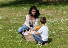 Matka i syn przy pinkinem zdjęcia royalty free