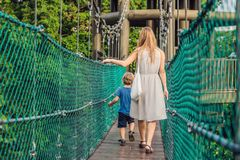 Matka i syn przy zawieszenie mostem w Kuala Lumpur, Malaysi zdjęcia royalty free