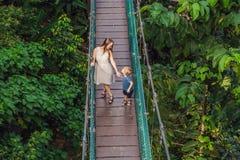 Matka i syn przy zawieszenie mostem w Kuala Lumpur, Malaysi obraz royalty free