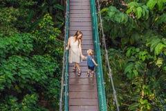 Matka i syn przy zawieszenie mostem w Kuala Lumpur, Malezja fotografia royalty free