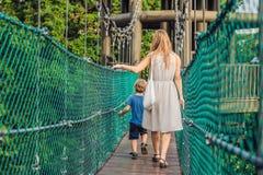 Matka i syn przy zawieszenie mostem w Kuala Lumpur, Malezja obrazy royalty free