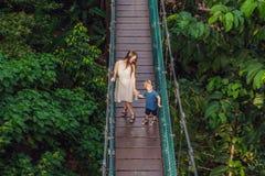 Matka i syn przy zawieszenie mostem w Kuala Lumpur, Malezja zdjęcia royalty free