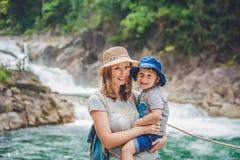 Matka i syn relaksuje pod siklawą piękni pojęcia basenu wakacje kobiety potomstwa Obraz Royalty Free
