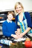 Matka i syn robi ciastkom Zdjęcie Stock