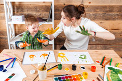 Matka i syn robi drukom malować rękami na papierze zdjęcie royalty free