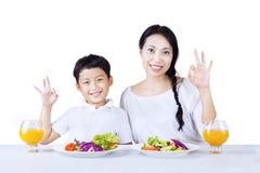 Matka i syn kochamy zdrowej sałatki - odosobnionej fotografia royalty free
