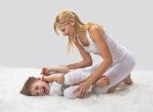 Matka i syn robimy joga obrazy royalty free