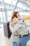 Matka i syn szczęśliwie ściskamy each inny w lotnisku fotografia stock