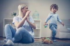 Matka i syn sztukę wpólnie Zdjęcia Stock