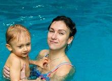 Matka i syn w basenie obraz royalty free