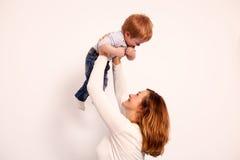 Matka i syn w domu ma dobrego czas Fotografia Stock