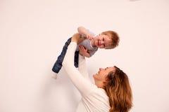 Matka i syn w domu ma dobrego czas Zdjęcia Royalty Free