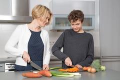 Matka i syn w kuchni Zdjęcia Royalty Free