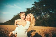 Matka i syn w pszenicznym polu Obraz Royalty Free