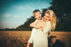 Matka i syn w pszenicznym polu Zdjęcie Royalty Free