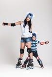 Matka i syn w rolkowych łyżwach Fotografia Royalty Free