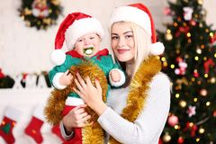 Matka i syn w Santa kapeluszach obrazy royalty free