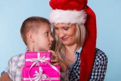 Matka i syn z prezentów pudełkami Zdjęcie Royalty Free