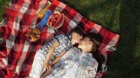 Matka i szczęśliwy mały syn mówimy lying on the beach na trawie i śmiamy się zbiory wideo
