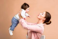Matka i sześć miesięcy starej dziewczynki Fotografia Stock