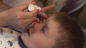 Matka kapie jej syna w oka medycznym rozwiązaniu Zdrowy opieki pojęcie zdjęcie wideo