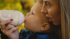 Matka karmi jej dziecka od butelki zdjęcie wideo