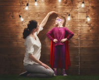 Matka mierzy przyrosta dziecko obrazy royalty free