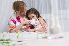 Matka obejmuje chorego dziecka bolesny gardło, grypa zdjęcie royalty free