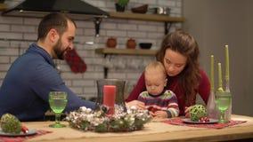 Matka, ojciec i dziecko, zabawę w nowożytnej kuchni Tata i mama bawić się z dzieckiem, mężczyzny round przędzalniany cukierek na zdjęcie wideo