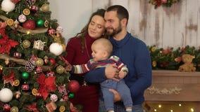 Matka, ojciec i dziecko, zabawę w pokoju z boże narodzenie dekoracją Tata i mama bawić się z dzieckiem, rzucamy on zbiory wideo