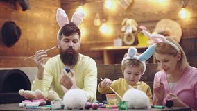 Matka, ojciec i syn, malujemy Easter jajka Szczęśliwa rodzina przygotowywa dla wielkanocy Śliczny małe dziecko chłopiec być ubran zbiory