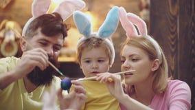 Matka, ojciec i syn, malujemy Easter jajka Szcz??liwa rodzina przygotowywa dla wielkanocy ?liczny ma?e dziecko ch?opiec by? ubran zdjęcie wideo