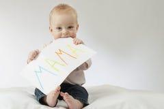 Matka - pierwszy słowo Dziecięca chłopiec trzyma dużą pocztówkę z szyldowym mama kosmos kopii dzień kwiat daje mum syna matkom ch Fotografia Stock