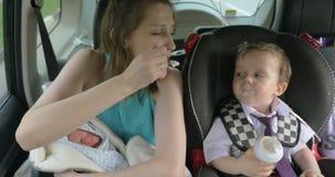 Matka Podróżuje Z dziećmi W samochodzie zdjęcie wideo