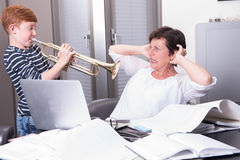 Matka pracuje w ministerstwie spraw wewnętrznych, syn zakłóca bawić się t Obrazy Stock