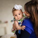 Matka przynosi jej dziecka Fotografia Royalty Free