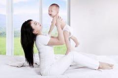 Matka rzuca up jej dziecka Obrazy Royalty Free