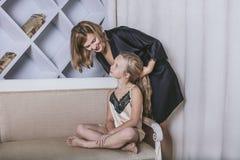 Matka samotnie, córka, zabawa i w domu, i Obraz Royalty Free