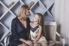 Matka samotnie, córka, zabawa i w domu, i Fotografia Stock