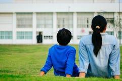 Matka, syn w parku, boisko piłkarskie i gazon, obraz royalty free