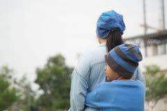Matka, syn w parku, boisko piłkarskie i gazon, obrazy royalty free