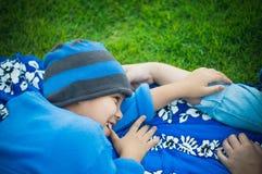 Matka, syn w parku, boisko piłkarskie i gazon, fotografia royalty free