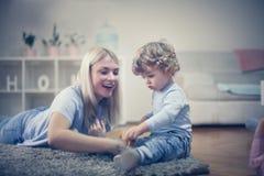 Matka sztukę z synem w ich żywym pokoju Zdjęcie Royalty Free