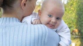 Matka trzyma dziecka w jego rękach zdjęcie wideo