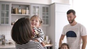 Matka trzyma troszkę córki w jej rękach, innym córka pobycie z tata i uśmiechu, zbiory wideo